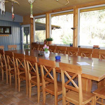 warsztaty w domu pod lipą, jadalnia z dużym stołem
