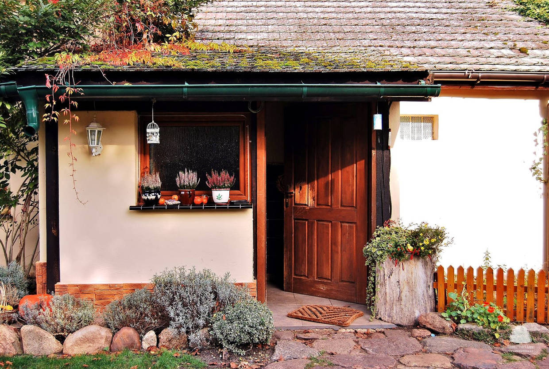 Dom pod lipą - wejście w jesiennym klimacie, Ewa Profaska WNofPh