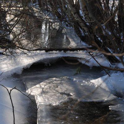 zamarznięty strumień