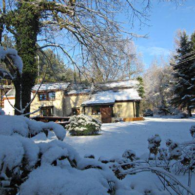 Dom pod Lipą w śniegu