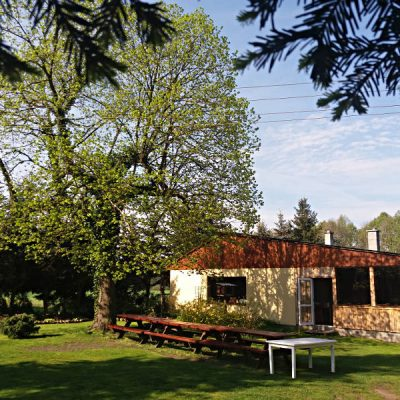 Dom pod Lipą wczesną wiosną