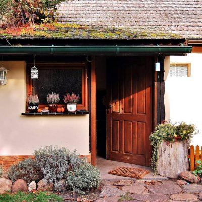 Dom pod lipą - wejście w jesiennym klimacie, fot. Ewa Profaska WNofPh